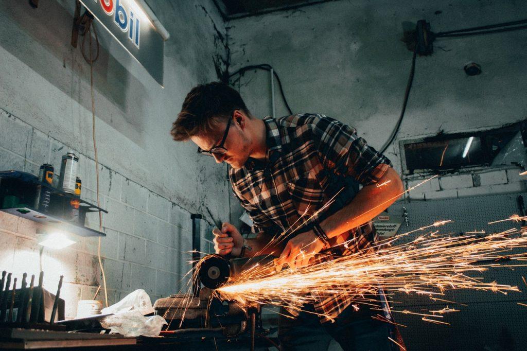 Homme qui travaille le métal