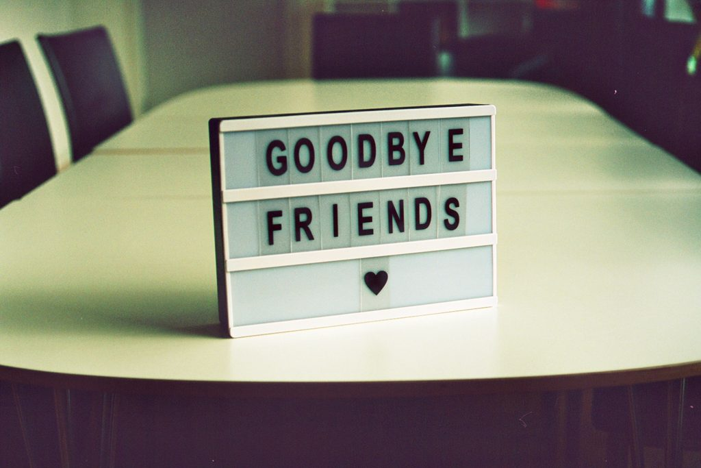panneau avec message goodbye friends