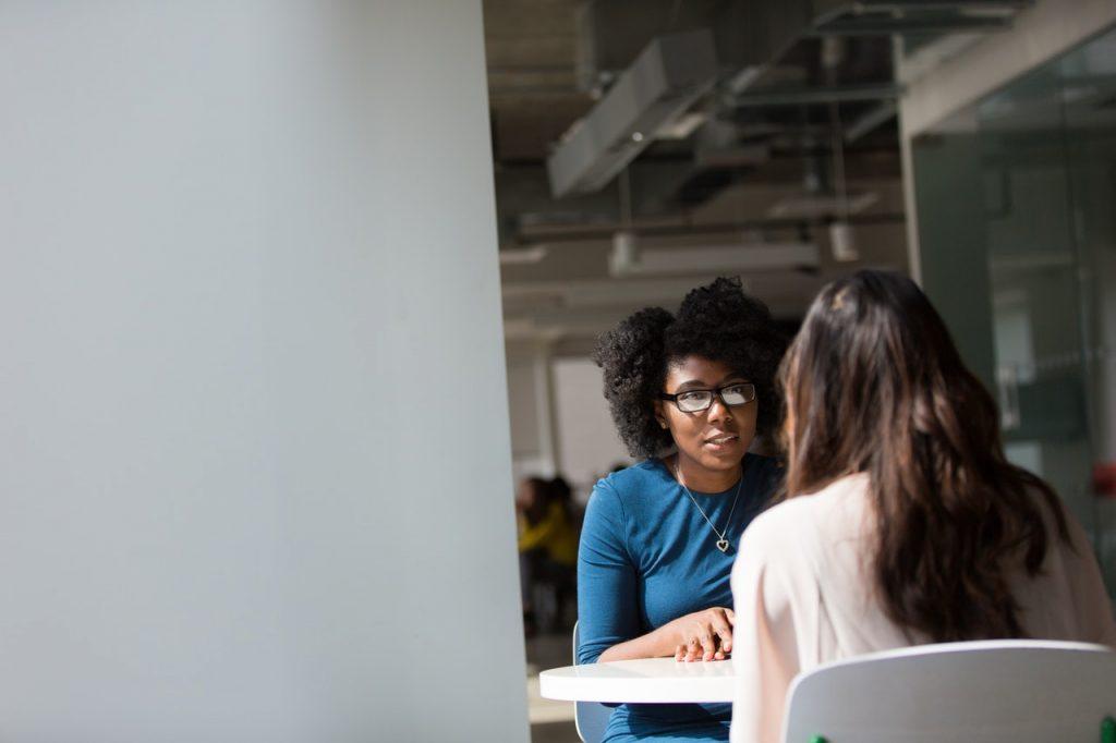 deux femmes pendant un entretien d'embauche