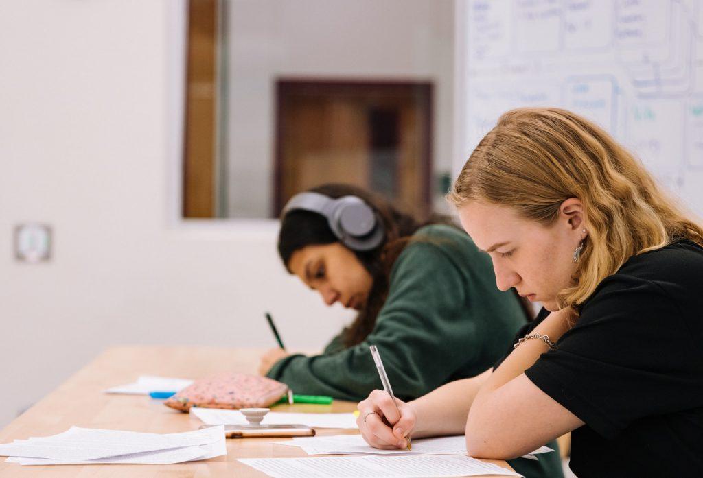 étudiantes qui révisent