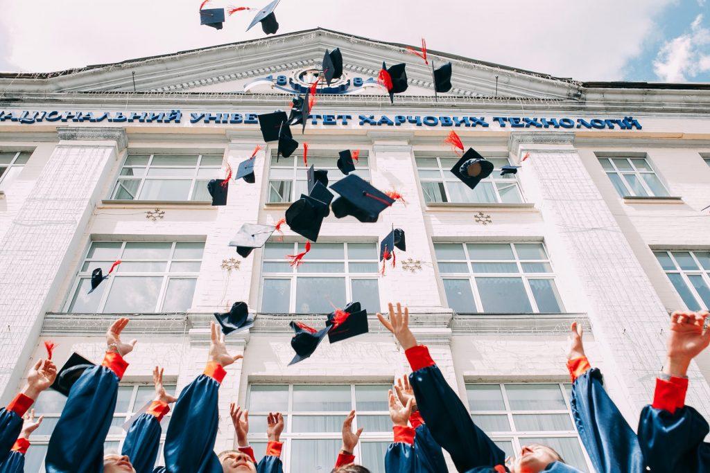 lancer de chapeau remise de diplôme