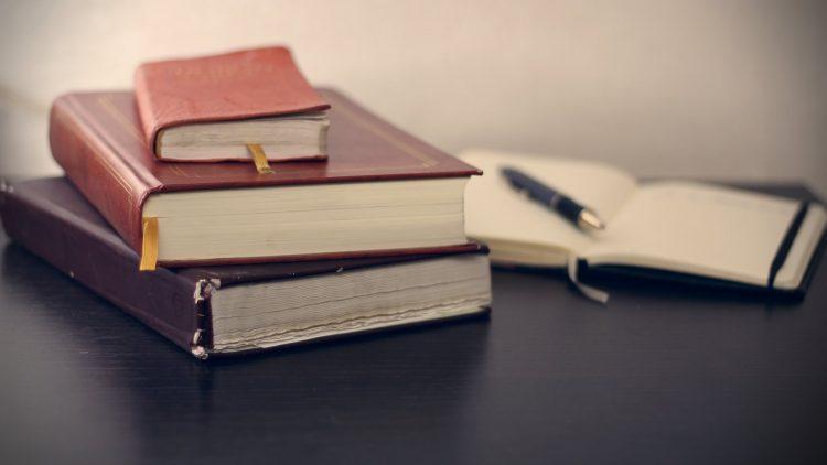 livres de droit sur une table
